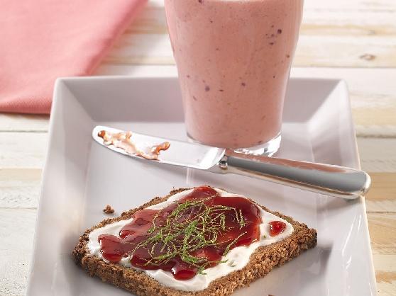 Süßes Frühstücks-Vollkornbrot mit einem Beerensmoothie - BCM Diät Rezepte.ch