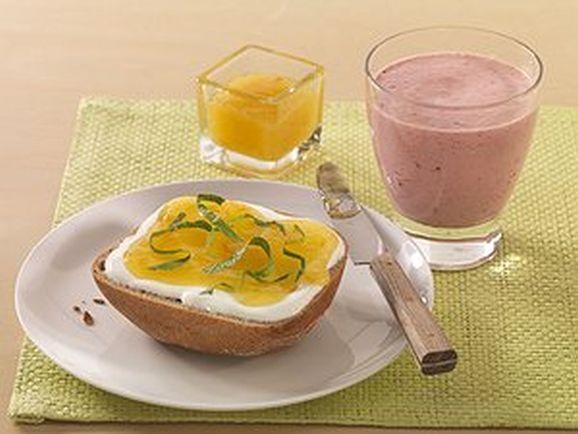Süßer Power-Frühstücksdrink mit Marmeladen-Quark-Brötchen - BCM Diät Rezepte.ch