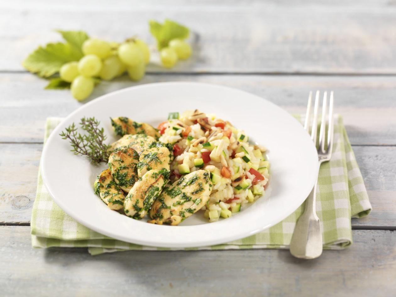 Kräuter-Hähnchenbrustfilets auf Zucchini-Tomaten-Risotto und Pinienkernen - BCM Diät Rezepte.ch