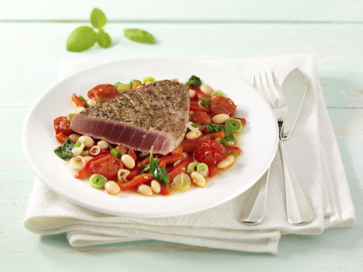 Thunfisch in der Pfefferkruste auf geschmolzenen Tomaten - BCM Diät Rezepte.ch